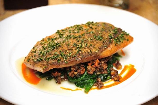thưởng thức món cá chẽm nướng