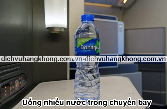 uong-nhieu-nuoc-tren-chuyen-bay