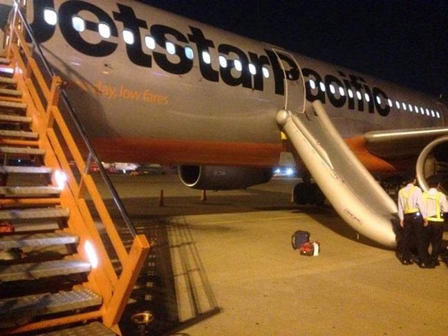 hành khách mở nhầm cửa thoát hiểm máy bay