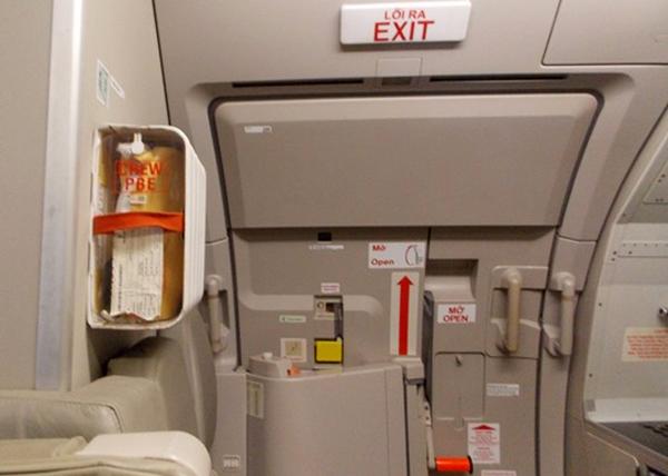 mở cửa thoát hiểm máy bay