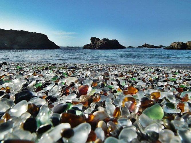 bãi biển đầy màu sắc
