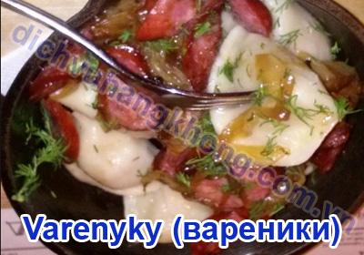 Bánh bao Kiev với xúc xích cùng một ít rau húng