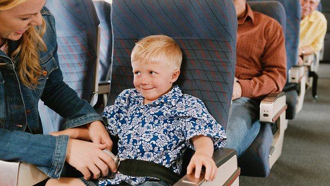 trẻ em đi máy bay