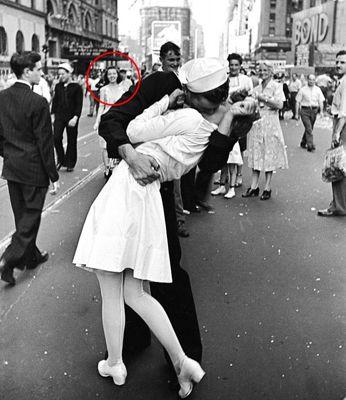 Bức ảnh nụ hôn ở quảng trường thời đại