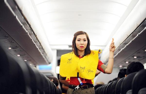 tiếp viên hướng dẫn trên máy bay